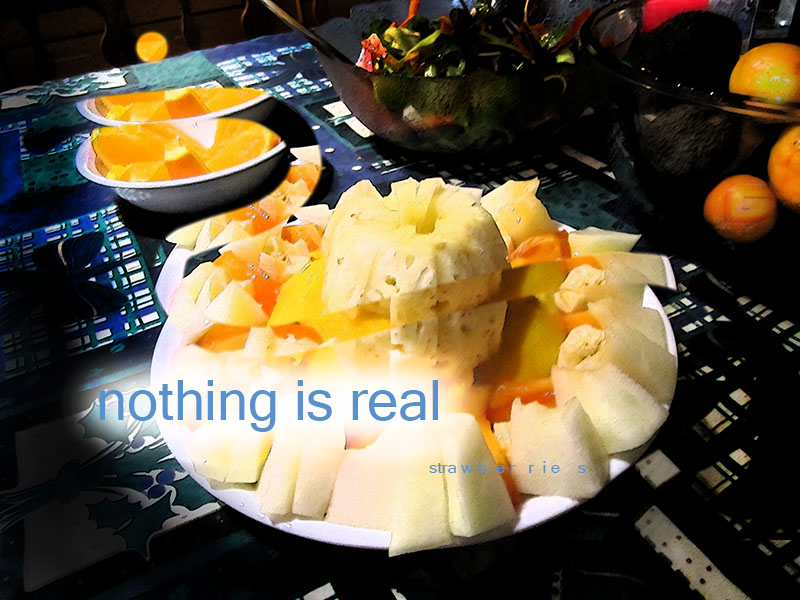 Text 'nothing is real strawberries' über Foto eines Obsttellers mit Ananas, Orangen, Sonnen